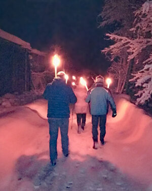 Weekly torchlight hike through the snow-covered landscape, along the Saalach. | © viehhofen.at, Michaela Groder